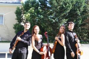 …somos jóvenes, no profesionales y, como nos encanta hacer música juntos, hemos unido nuestro común entusiasmo para crear una orquesta totalmente nuestra.